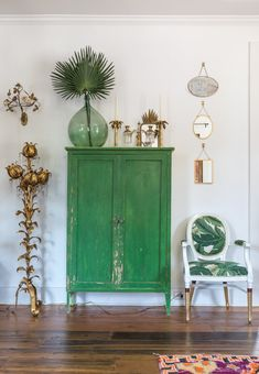 """A Child of New Orleans"" Honors Her Southern Family with a Bohemian Creole Cottage - Bohemian Home Style Creole Cottage, Decoration Shabby, Green Decoration, Green Home Decor, Home Decoracion, Farmhouse Cabinets, Farmhouse Furniture, New Orleans Homes, Interior Decorating"