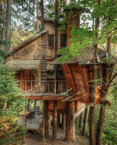 How To Build A Treehouse ? This Tree House Design Ideas For Adult and Kids, Simple and easy. can also be used as a place (to live in), Amazing Tiny treehouse kids, Architecture Modern Luxury treehouse interior cozy Backyard Small treehouse masters Tiny House, Cool Tree Houses, Beautiful Tree Houses, Tree House Designs, Cabins In The Woods, Play Houses, My Dream Home, Future House, Bungalow