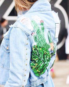 Bom diacom detalhe da jaqueta jeans da estilista @silviaulson  flagrada na nossa cobertura de street Style da #SPFWN43  Vai rolar muitas pics e vídeos essa semana no nosso IG pra ficar de Quem vocês querem@ver por aqui!? #iLoveeContent #streetphotography . . . #photooftheday #picoftheday #ootd #look #moda #womenstyle #fashionweek #fashion #vendasonline #shop #shoponline #shopnow