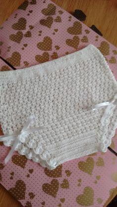 Hola ganchilleras, espero poderos dar una buena orientación para hacer braguittas de ganchillo, sin problema de t... Crochet Dolls, Crochet Baby, Knit Crochet, Little Girl Dresses, Little Girls, Baby Born, Baby Booties, Kids And Parenting, Baby Knitting