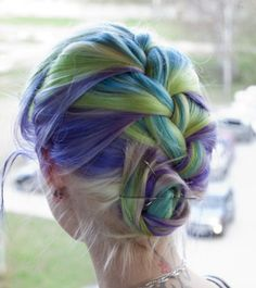 """a cool article on how to use chalk to temporarily dye your hair. i think they are trying to sell """"hair chalk,"""" but you can do it with dry pastels. beware of the engrish, too, by the way."""