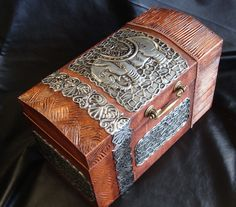 Baúl con texturas y repujado de estaño Metal Worx, Paper Flower Garlands, Pewter Art, Glass Painting Designs, Metal Embossing, Old Suitcases, Leather Box, Antique Boxes, Altered Boxes