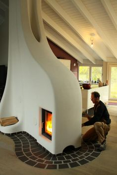 I love this fireplace- you can enjoy one fire from two rooms! I've always wanted a big eat in kitchen with a hearth that goes through to the living room Adobe Fireplace, Fireplace Design, Earthship Home, Adobe House, Natural Building, Green Building, Earth Homes, Home And Deco, Design Case