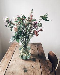 Friday floral (Photo ) by verilymag Silk Flowers, Beautiful Flowers, Flower Power, Pots D'argile, Formal Dining Tables, Ideas Hogar, Silk Flower Arrangements, Farmhouse Chic, Flower Wallpaper