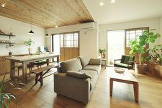 ダイニングの天井は板貼りにして落ち着きを与え、リビングとは異なる居心地に。