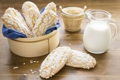 I biscottoni da inzuppo simil savoiardi sono una simpatica proposta per la colazione di ogni giorno. Gli ingredienti chi li compongono sono semplici e genuini: occorrerà solo della farina, delle uova e della granella di zucchero e realizzerete dei biscotti golosi ideali per essere inzuppati nel latte o nel tè.