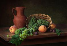 Виноград персики кувшин