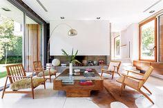 """Una casa decorada con materiales nobles y resistentes  """"Vengo de familia de arquitectos y me interesa el diseño en todas sus formas. Me ocupé del interiorismo de toda la casa, con asesoramiento técnico de mi papá"""" Florencia Troiano, diseñadora de indumentaria y dueña de casa"""