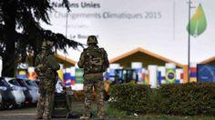 Des militaires français assurent la surveillance du Bourget durant la COP 21. © ERIC FEFERBERG / AFP Outre Mer, France, Questions, Cop21, Info, Portal, Military Men, French