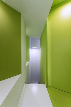 The premises are arranged in two heights, with an upper floor access from the street that runs parallel to a broad facade front developed over five large gaps. Dental Cabinet, Different Shades Of Green, Architecture Details, Rey, Clinic, Facade, Madrid, Flooring, Interior Design