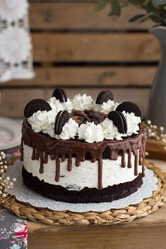 Oreo Brookie Ice Cream Cake - Layers of brownie, chocolate chip cookie and oreo ice cream, and chocolate ganache! So good and so fun! No churn too! Oreo Cake Recipes, Dessert Recipes, Oreo Torta, Desserts With Few Ingredients, Oreo Cupcakes, Salty Cake, Oreo Cheesecake, Drip Cakes, Food Cakes