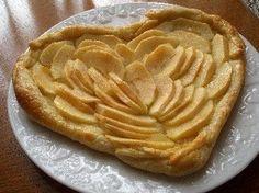 A l''occasion de la Saint-Valentin, nous vous proposons de revisiter un classique qui plaît toujours : la tarte feuilletée aux #pommes. Voici une #recette très simple pour réaliser une jolie tarte de Saint-Valentin en forme de cœoeur #saintvalentin #valentinesday