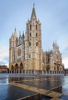 The main body of León Cathedral was built between 1205 - the north tower and cloister were built in and the south tower completed in Sacred Architecture, Religious Architecture, Church Architecture, Beautiful Architecture, Architecture Religieuse, North Tower, Templer, The Cloisters, Cathedral Church