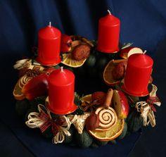 Věnec s červenými svíčkami i bez Adventní věnec z tónovaných přírodních materiálů si můžete pověsit na dveře, nebo mezi skořápky ořechů zapíchnout bodec se svíčkami a máte tradiční adventní věnec. Věnec si můžete objednat bez bodců a svíček. Jeho cena pouze se závěsnou stuhou nebo lýkem je 210,-Kč - stačí napsat zprávu k objednávce, že ho chcete bez ...