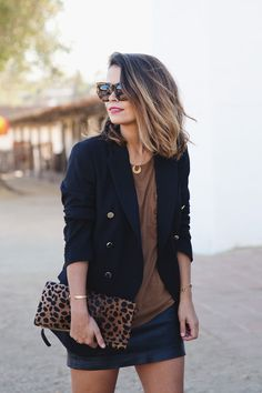 Blazer negro + camiseta marron + detalles dorados