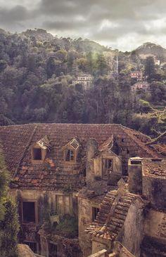 Paradoxalmente o património abandonado pode proporcionar imagens de rara beleza. Taylor Moore, canadiano a residir em Sintra há um ano e me...