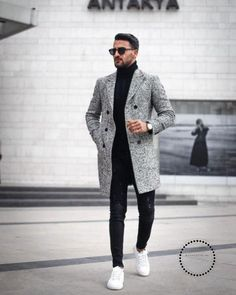 60 Best Ways to Style an Overcoat This Winter. Grey overcoat, black turtleneck t-shirt, jeans, white sneaker Click image to view more. men outfit Men's Overcoat: How to Buy & How to Style A Winter Overcoat Grey Overcoat, Mens Overcoat, Best Casual Shirts, Mode Mantel, Herren Outfit, Winter Fashion Outfits, Autumn Fashion, Mens Fall Outfits, Mens Fashion Winter Coats