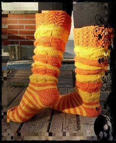 Neuloosi vaivaa neljässä sukupolvessa. Isomummi 96v, mummi 68v, minä 45v ja minun lapset 20, 18, 14 ja 10v. Puikot viuhuu! :) Warm Socks, Colorful Socks, Winter Colors, Knitting Socks, Stretchy Material, Leg Warmers, Mittens, Needlework, Knitting Patterns