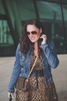 Trendteil Jeansjacke - der zeitlose Modeklassiker kombiniert zu einem Leoprint Kleid, Jeansjacke, Sonnenbrille // Herbstoutfit, Modeblog, www.miss-classy.com #leoprintkleid #jeansjacke #mode #fashionblogger #modetrends Fashion Weeks, Fashion Outfits, Real Style, Your Style, Heutiges Outfit, Holiday Fashion, Boss Babe, Real Women, Jeans