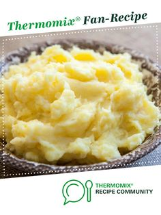 Perfect Mashed Potatoes ~ Heavenly mashed potatoes recipe using buttery Yukon Gold potatoes, cream, butter, milk, salt and pepper. ~ Yummy but not the mashed potatoes I grew up with Mashed Potato Recipes, Potato Dishes, Food Dishes, Gold Potato Recipes, Thanksgiving Recipes, Holiday Recipes, Dinner Recipes, Thanksgiving Mashed Potatoes Recipe, Holiday Meals