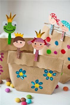 紙袋に自由にペイントし、クリップを留めて。創造力あふれるラッピングの完成です♪