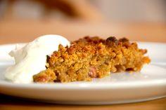 Den bedste opskrift på en rabarber crumble, der er en rabarberkage eller rabarbertærte med friske rabarber og en skøn smuldredej med vanilje. Hvad er næsten mere lækkert end en nybagt rabarber crum…