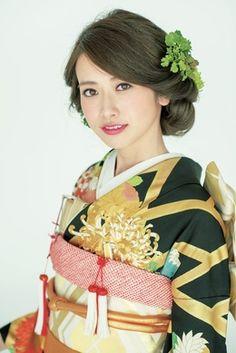 きものの柄の菊をヘアにも飾った統一感のあるアレンジ。 Japanese Beauty, Asian Beauty, Pretty Updos, Most Beautiful Wedding Dresses, Wedding Kimono, Japan Woman, Japanese Wedding, Hair Arrange, Japanese Outfits