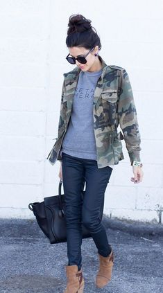 Casual style // camo jacket, jeans, t-shirt, sneakers