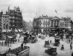 The Extraordinary Transformation Of Piccadilly Circus In Historical London Pictures 1933 Victorian London, Victorian Life, Vintage London, London Pictures, London Photos, Old Pictures, Old Photos, Antique Photos, Vintage Photos