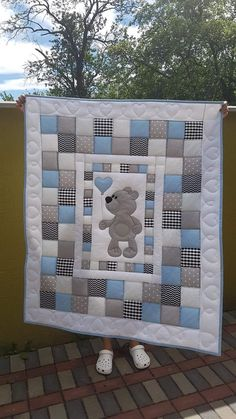 Like the idea of a central image using messages from blankies. Patchwork around ed - quilt pattern Quilt Baby, Baby Quilts Easy, Baby Quilts To Make, Baby Boy Quilt Patterns, Baby Patchwork Quilt, Cot Quilt, Patchwork Quilt Patterns, Handmade Baby Quilts, Baby Girl Quilts