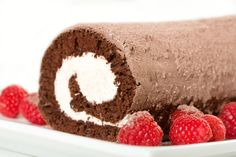 Rolada z czekoladowego ciasta i śmietany o smaku malin :)