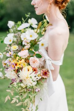 We're ecstatic to be sharing this contemporary meets Old World romance story today! We were hooked early on by the painterly cloth backdrop set gracefully inside Alverthrope Manor. The femme, but free florals from Wild Stems are a work of art, and they're accented beautifully by pops of metallic gold and organic fruits.  #WildStems #RomanticWedding #contemporarywedding
