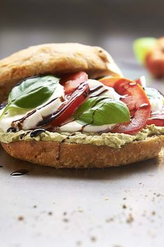 """Rezept für Focaccia-Sandwich """"Caprese"""". Unsere Focaccia kommt als Sandwich mit BRUNCH Buttrig-Frisch belegt mit Mozzarella, Pesto und frischen Tomaten daher!"""