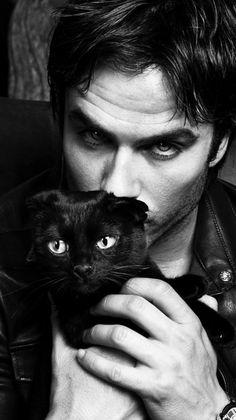 Pueden ver a la criatura mas hermosa del mundo y a lado un lindo gato