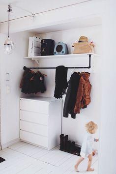 Idag har jag städat så nu tänkte jag visa er hur vår hall ser ut utan en massa jackor och väskor på golvet. Vår hall är mycket liten men jag tycker ändå att vi