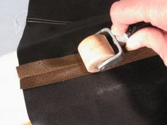 Sewing Techniques Couture 9 simple tricks for sewing leather and fake leather on a home machine - Have you noticed how popular leather and faux leather are this season? Luckily, it's a cinch to sew with, but there are a few things you should keep in mind. Sewing Hacks, Sewing Tutorials, Sewing Crafts, Sewing Tips, Sewing Ideas, Techniques Couture, Sewing Techniques, Sewing Leather, Leather Craft