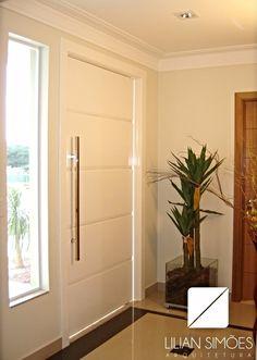 A porta é um elemento de grande importância pela sua estética e funcionalidade, podendo ser executada nos mais diversos tamanhos e materiais. Neste projeto optamos pela porta laqueada branca, com frisos horizontais, além do puxador barra