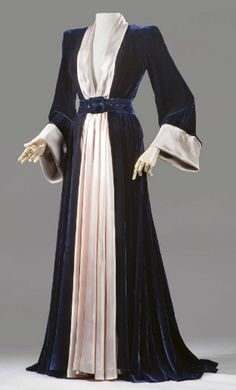 Homewear, and it shows. It's really a dressing-gown. But the cut is totally Jacksonelvish. /// A peignoir Homewear, and it shows. It's really a dressing-gown. But the cut is totally Jacksonelvish. /// A peignoir of midnight blue velvet, Maggy Rouff, K Fashion, 1940s Fashion, Fashion History, Vintage Fashion, Vintage Outfits, Vintage Dresses, 40s Mode, Moda Medieval, Vintage Nightgown