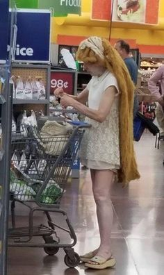 Weirdest People Of Walmart Entertain You And Build Your Day. Take A Look At These Weird People Of Walmart That Are On Another Level Of Funny People. Funny Walmart Pictures, Walmart Funny, Funny People Pictures, Walmart Photos, Funny Pictures With Captions, Funny Images, Funny Photos, Funniest Pictures, Funny People