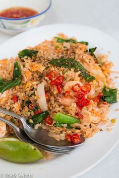 In this Thai fried rice recipes, you'll learn how to make authentic, Thai street food style Thai fried rice with shrimp (khao pad goong ข้าวผัดกุ้ง). Basil Fried Rice, Thai Fried Rice, Thai Rice, Shrimp Fried Rice, Thai Pork Fried Rice Recipe, Curry Fried Rice, Chili Shrimp, Asian Rice, Shrimp Recipes