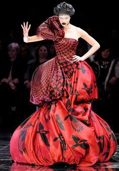Một trong những thiết kế để đời của Alexander McQueen. Mẫu váy được ca ngợi là hoàn hảo đến khó tin cả về ý tưởng, kiểu dáng, chất liệu, màu sắc cũng như hoa văn.