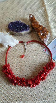 Collar de abalorio rojo y cordon de cuero