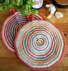 Få opskriften her. Crochet Kitchen, Crochet Home, Hot Pads, Chrochet, Decor Crafts, Baby Knitting, Pot Holders, Crochet Patterns, Crochet Ideas