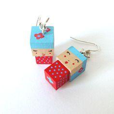 Boucles d'oreilles poupées cubiques madammag bleues ciel et rouges fleurs et pois.