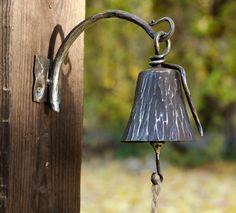 Závěšený z nerezu Ručně kovaný zvon. Velikost zvonu je10 x8 cm, celkový rozměr zvonice je22 x 17 cm. Zvon s konzolí je naolejován. Srdce je lakované a vykované z černého železa, můžeraznout.