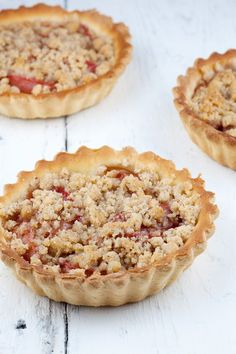 These mini crumble plum tarts are very cute, but they're also DE-LI-CI-OUS. Made with a crumble of almonds, so what's not to like about that? Dutch Recipes, Tart Recipes, Yummy Recipes, Cookie Recipes, Baking Bad, Plum Tart, Delicious Desserts, Yummy Food, Tasty