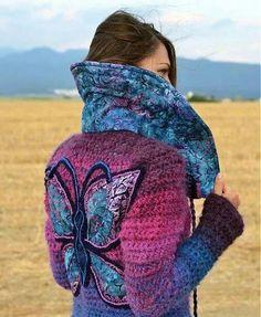 Tapado tejido a crochet. Observen los detalles de apliques del cuello y la mariposa. Hermoso!!!!!♥♥♥