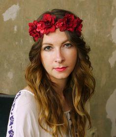 Flower Crown «Aphrodite» von simka - made in berlin, handmade with love, besonders haarschonend verarbeitet, real leather ribbons, handgeflochtenes Echtlederhaarband, Blumenkranz, Blütenkranz, Blumenhaarband für Hochzeit, Open Air, hochwertige Seidenblumen, lila, violet, weiß