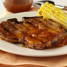 Chuletas de Cerdo a la Parrilla Glaseadas con Salsa de Mostaza y Albaricoques: Chuletas de cerdo a la parrilla, glaseadas y servidas con una sabrosa combinación frutal de mermelada de albaricoques, mostaza condimentada y salsa de soya