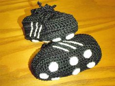 Crochet baby soccer shoes. How great would this be for the baby to wear to the big brother's fall soccer games???